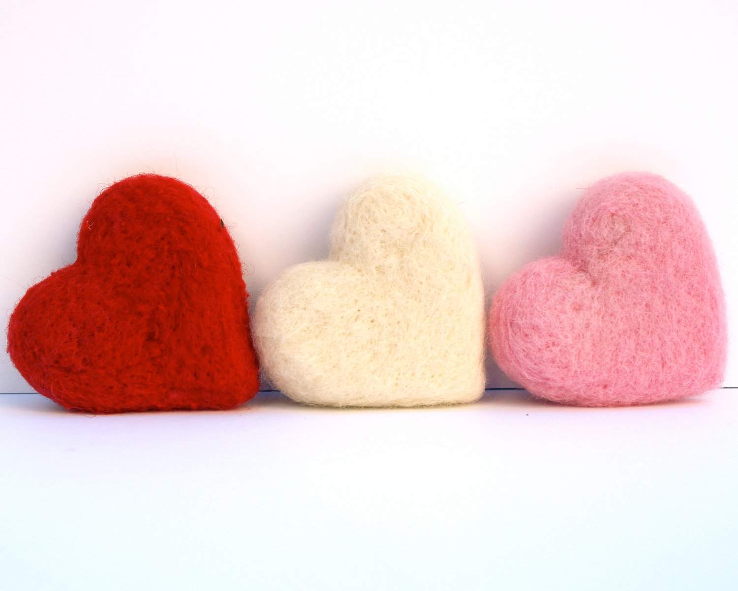 Tutorail : Needle Felted Hearts using a cookie cutter : www.theMagicOnions.com
